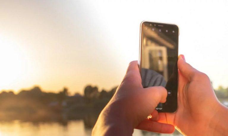 Proponen que se cargue la batería del celular con energía solar