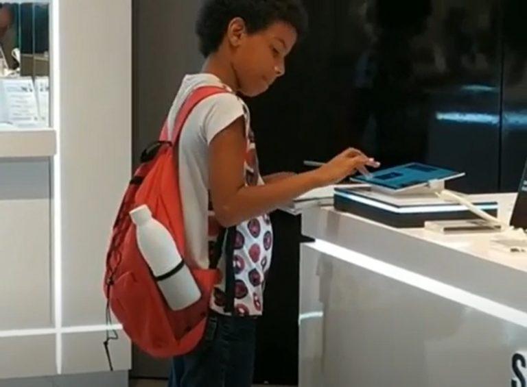 Un nene usó una tablet de un comercio para hacer su tarea