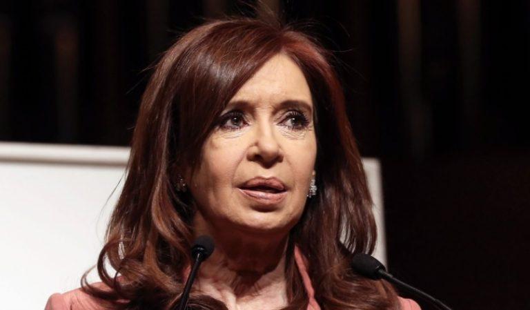 """Cristina Kirchner denunció que el gobierno de Macri impulsó """"una feroz persecución"""" en contra de ella y su familia"""