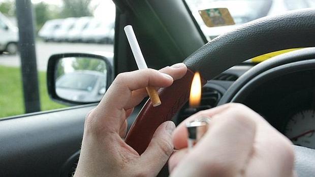 Prendió un cigarrillo y se lo robaron cuando paró en un semáforo