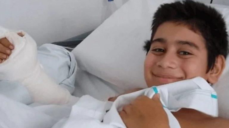 Por descuido su hermano le cortó la mano de un hachazo: lograron reimplantársela