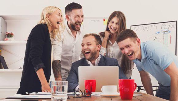 El Ministerio de Salud advirtió sobre el riesgo de cantar y reírse en lugares cerrados