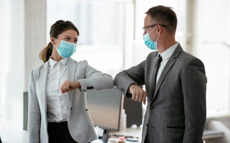 Coronavirus: la Organización Mundial de la Salud desaconseja saludar con el codo