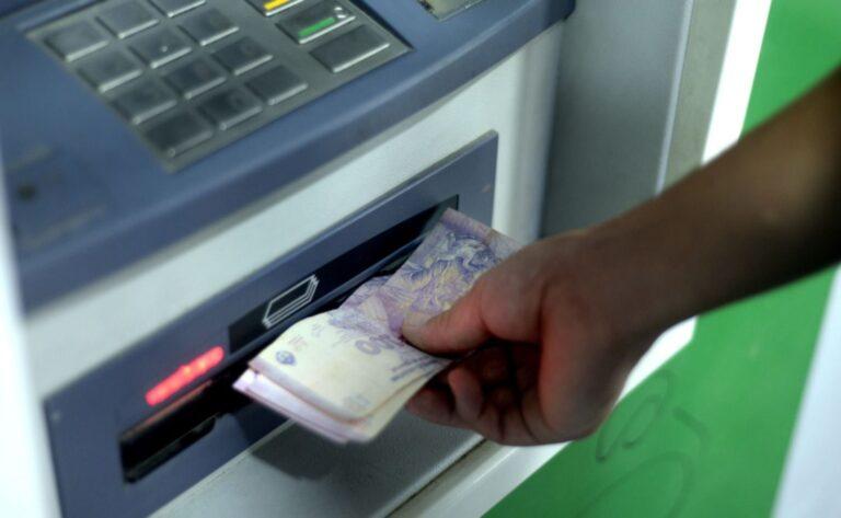 Bancos no podrán cobrar comisiones por operar en cajeros hasta 2021