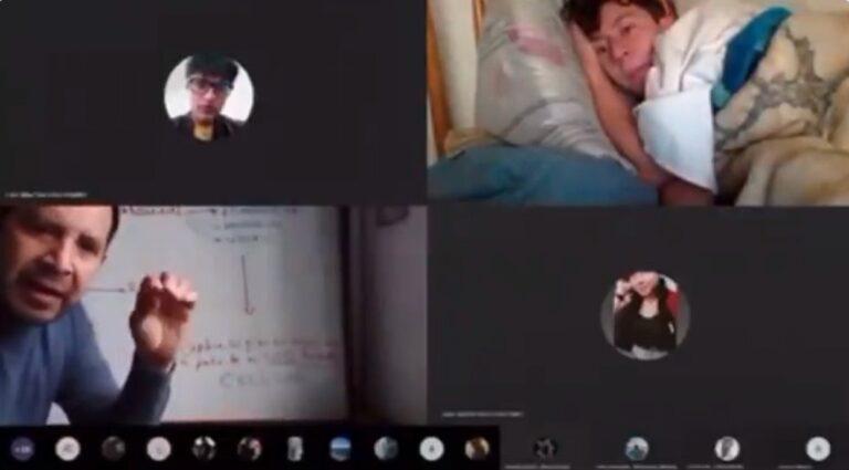 """""""Yo creí que eso solo pasaba en TikTok"""": La reacción de un profesor al ver a un alumno acostado en la cama durante una clase en línea"""
