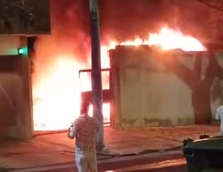 Posadas: bomberos sofocaron un incendio en el garage de un edificio del barrio Villa Sarita