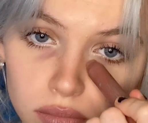La nueva tendencia en maquillaje: remarcar las ojeras