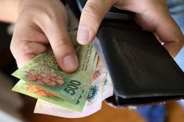 Un informe advierte que el salario real cayó 3% en 2020