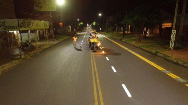 Municipales demarcan señalizaciones sobre la avenida Tambor de Tacuarí de Posadas