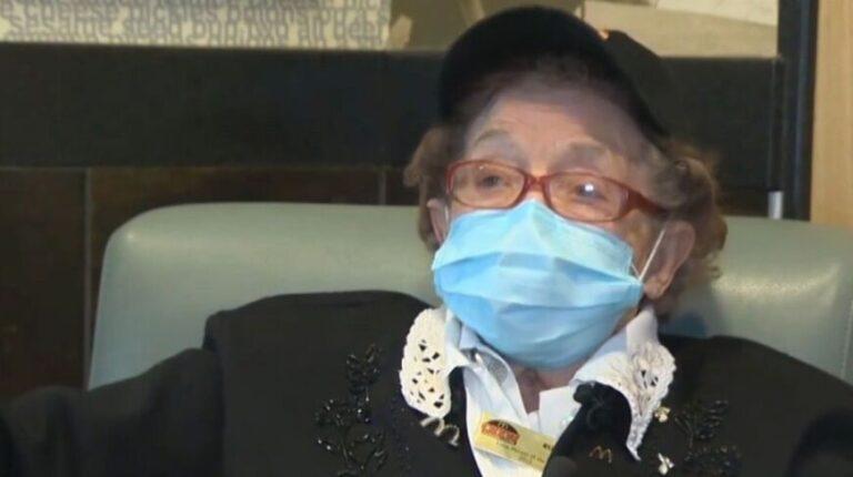 Ruthie cumple 100 años, lleva 50 trabajando en una casa de comidas rápidas y no quiere jubilarse