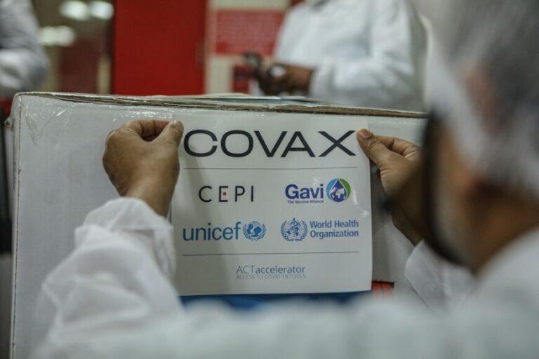 Arribaron al país 64 mil vacunas contra el coronavirus del Fondo Covax