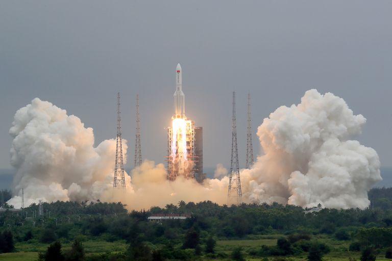 El cohete chino fuera de control se acerca a la Tierra y no se sabe dónde caerá