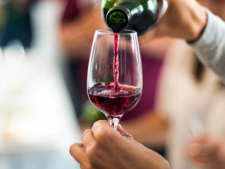Aseguran que una copa diaria de vino tinto puede disminuir el colesterol total y aumentar el bueno