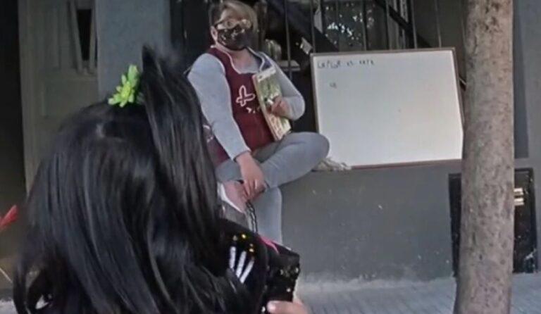 Maestra de Rosario sacó la pizarra a la vereda para darles clases a los estudiantes