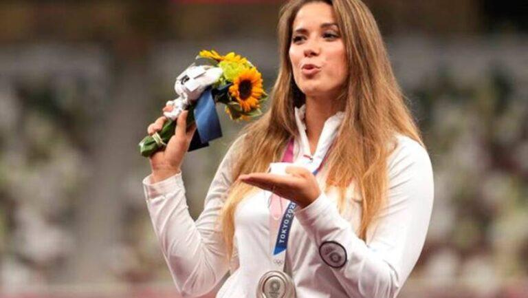 Subastó su medalla de plata olímpica y donó el dinero para la operación de un bebé